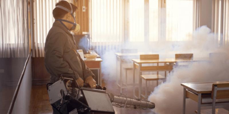 hombre sanitizando oficina control de plagas region metropolitana